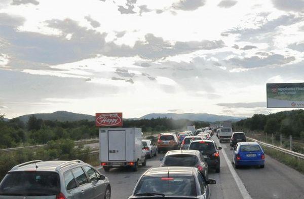 Глоба от 1000 лева и 3 месеца без книжка за шофиране в аварийната лента